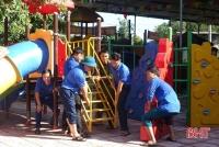 Công an, Huyện đoàn Hương Sơn giúp các trường học dọn dẹp vệ sinh sau lũ